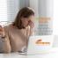 A imagem desperta o leitor para um problema recorrente nos dias atuais: o estresse visual. E convida a ler sobre dicas de como minimizá-lo.